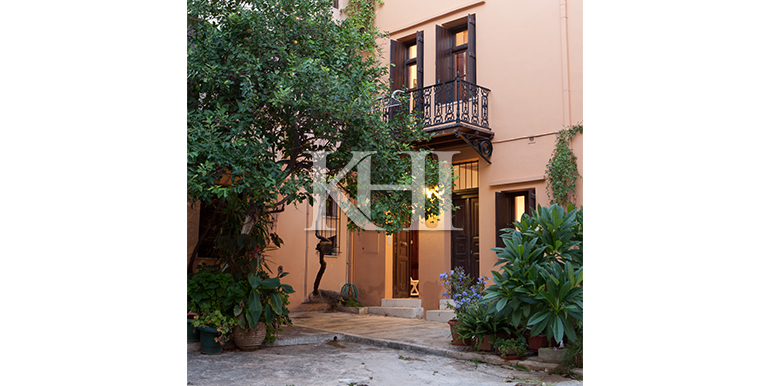 House-in-the-venetian-harbour-of-Chania-Crete-for-sale-entrance